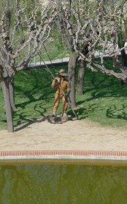 Estàtua al costat de la làmina d'aigua.
