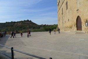 Pati d'armes i façana del castell.