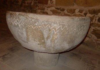 Pica baptismal als peus de l'església.