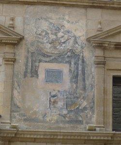Pintura al·legòrica  a la pau, la unió i la llibertat a la façana de l'Ajuntament.
