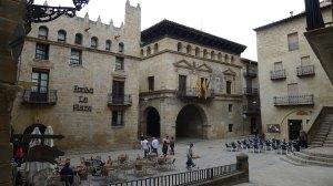 La plaça amb l'Ajuntament  i la fonda, a l'esquerra.
