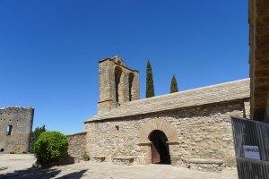 Santa Maria amb la torre del castell al fons.