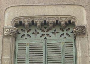 Detall de finestra de la Casa Carreras.