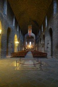Nau central amb la tomba del bisbe Morgades i l'Estendard de Puig i Cadafalch.