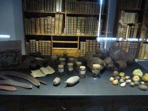 Vitrina amb mobles i objectes originals del gabinet.