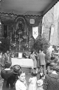 Altar davant la imatge de Sant Roc. 1941. Foto: Brangulí-ANC.