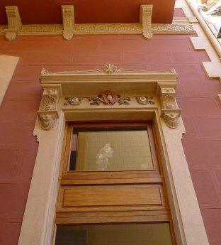 Detal d'una finestra del Centre Artístic.