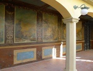 Porxada de Can Sora amb les pintures murals.