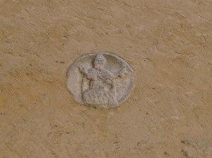 Detall d'una fugura de Sant Pere a la paret del campanar.