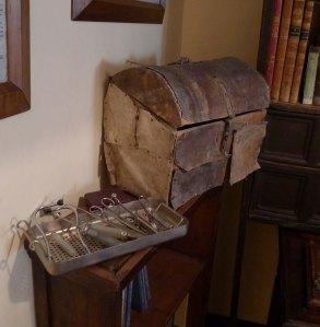 Instrumental i maleta del doctor Bonifaci.