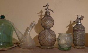 Sifó i altres objectes de vidre a la cuina.