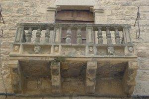 Balcó de la casa de davant de l'església.