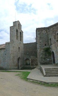 L'església i la casa prioral.
