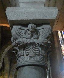 Capitell a l'interior de l'església.