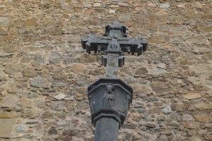 Detall de la creu de terme gòtica.