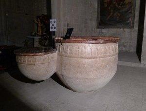 Pila baptismal doble d'estil romànic.