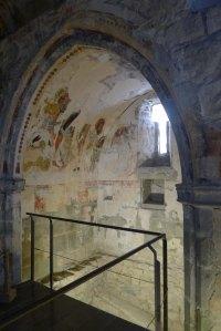 Capella gòtica amb restes de pintures originals.