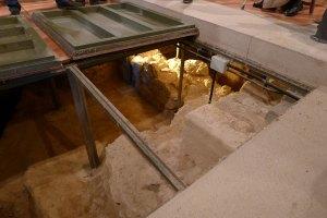 Accés al subsòl de l'església.