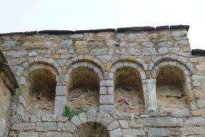 Arcs llombards amb columna romana reaprofitada.