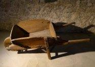 Carretó de fusta usat per traginar la sal.