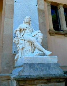 Estàtua sedent de Jaume Salvador.
