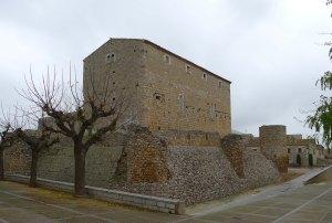 Lateral i muralla del castell de Bellcaire.