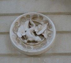 Un dels medallons dissenyats per Gaudí.