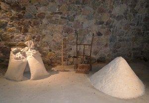 Detall de la museïtzació amb sacs i piles de sal.