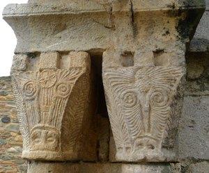 Capitells amb  motius geomètrics.