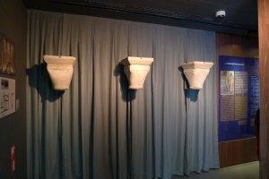 Capitells dels antics banys.