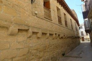 Façana lateral del molí d'oli medieval.