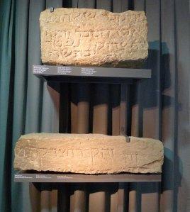 Làpides de dues tombes exposades al Muhba El Call.