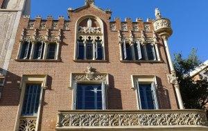 Casa Rull. Part de la façana principal.