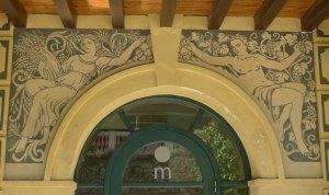 Detall dels esgrafiats a la porta del restaurant de la Font del Gat.