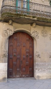 Casa Garu. Detall d'una porta.