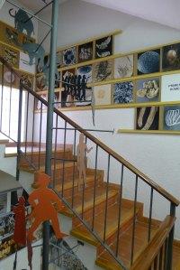 Escala del Museu amb imatges que ajuden  a fer el viatge retrospectiu.