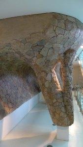 Gaudí Centre. Maqueta de la galeria de columnes del Park Güell.