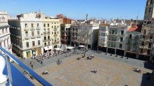 Plaça del Mercadal vista des de la terrassa del Gaudí Centre.