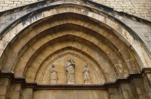 Timpà de la façana de l'església.