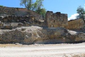 Tram de la muralla romana amb una torre a la punta.