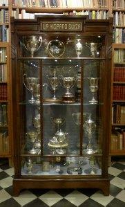 Vitrina amb trofeus de la Hispano-Suissa.