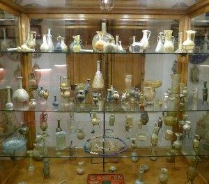 Vitrina amb objectes de vidre.