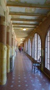 El passadís del primer pis. A la dreta es poden veure els vitralls de les finestres.