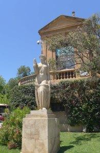 Figura femenina d'Àngel Tarrach, a l'exterior dels jardins.