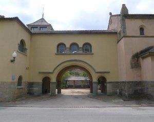 Arc d'accés al pavello Marina i l'església.