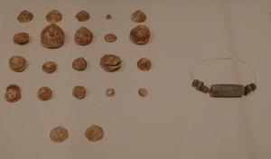 Collaret i peces d'ornament corporal de petxines. Neolític mitjà ple. Vilafranca del Penedès.