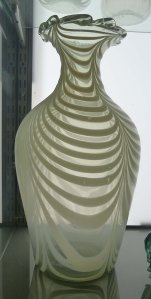 Gerro decorat amb vidre blanc opac.