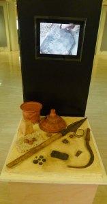 Objectes i vídeo a l'exposició permanent.