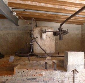 Acumulador de vapor situat sobre la caldera.