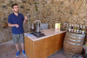 El guia fent la demostració de la destil·lació.